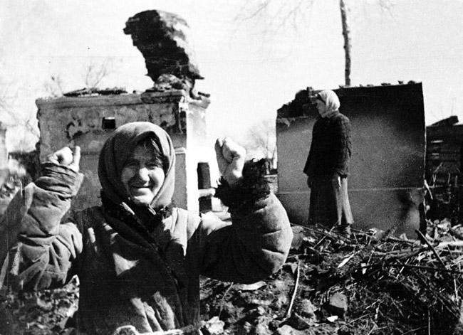 66-летняя колхозница А.Зимина из села Гавриловка, проклинает немцев, которые расстреляли её дочь и внуков.