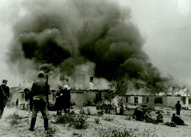 Полицейские поджигают дома мирных жителей, заподозренных в связи с партизанами. Днепропетровск, 1942 г.