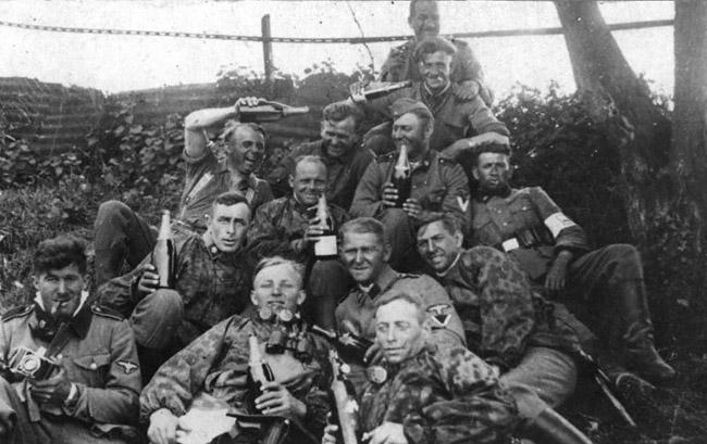 Немецкие солдаты празднуют преждевременную победу. Район Сталинграда, 1942 г.