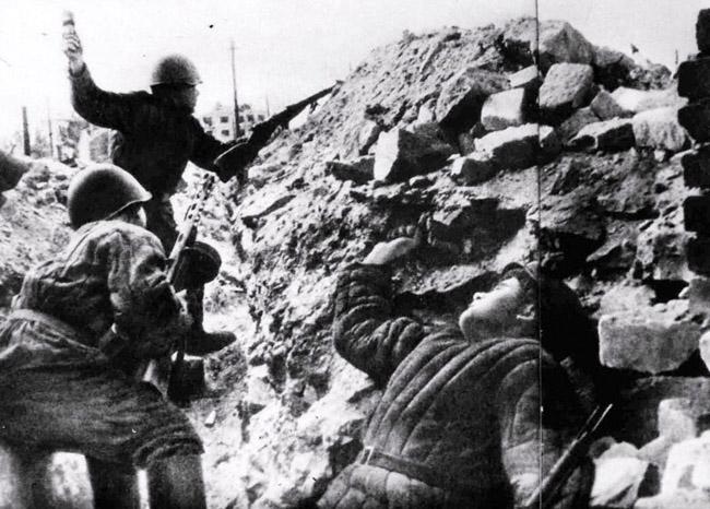 Бой в центре Сталинграда, 1943 г. Автор съемки: Конов Л. И.