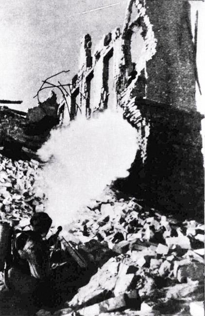 Бой за дом на улице Гоголя в Сталинграде, 1943 г. Автор съемки: Конов Л. И.