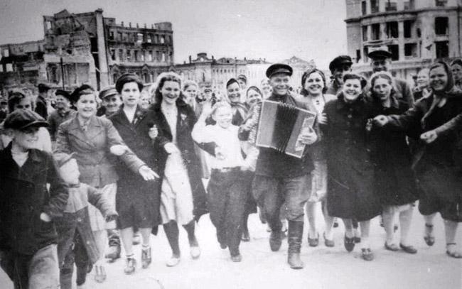 Годовщина победы в Сталинградской битве. Сталинград, 1944 г. Автор съемки: Конов Л. И.