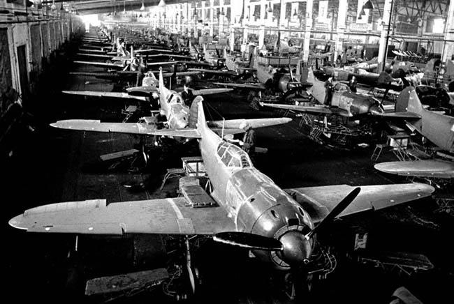 Внешний вид цеха Н-ского авиационного завода. Место съемки: не установлено. 1943 г. Шайхет А.С.
