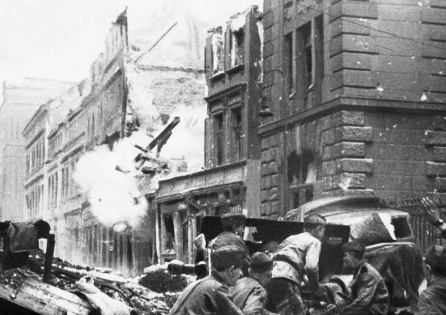 Советские артиллеристы ведут бой на улице Берлина, апрель 1945 г.