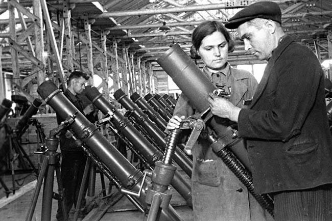 Минометный цех одного из оборонных заводов Сибири. Июнь 1945 г.