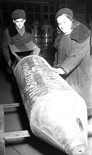 Бомба с надписью «Новогодний подарок Гитлеру», изготовлена на Н-ском заводе. Место съемки: не установлено. Декабрь 1942 г. Автор съемки: Фигуркин.