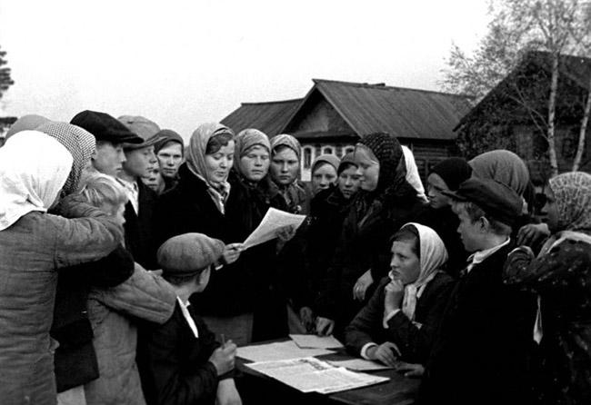 Колхозницы колхоза «Победа» подписывают письмо И.В.Сталину. Кировская область, 1943 г. Автор съемки: Скурихин А.В.
