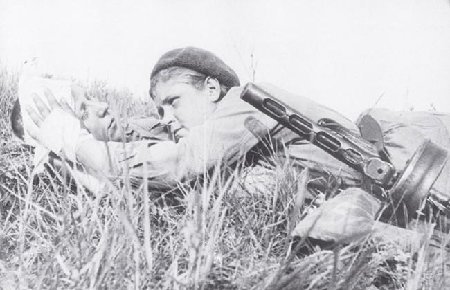 Санинструктор Женя Никулина, награжденная Орденом Красной звезды, перевязывает раненого бойца. 1943 г. Автор съемки: Борисов.