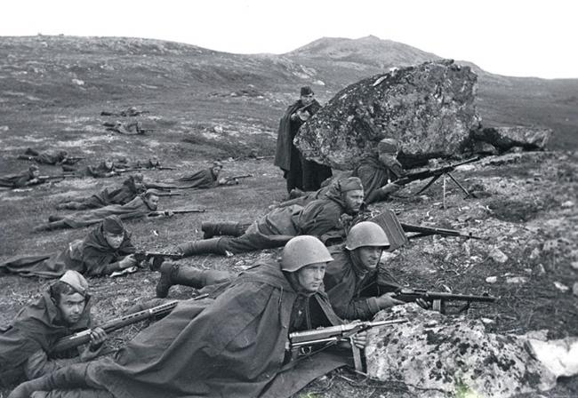 Разведчики морской пехоты под командованием младшего лейтенанта Петрова А.А. ждут врага в засаде. Северный флот, 1942 г. Автор съемки: Халдей Е. А.