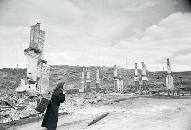 Вид разрушенной части Мурманска после вражеских бомбардировок. 1942 г. Автор съемки: Халдей Е.А.