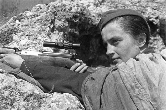 Герой Советского Союза, снайпер 25-й Чапаевской дивизии Людмила Михайловна Павличенко (1916—1974). На ее счету свыше 300 фашистских солдат и офицеров.