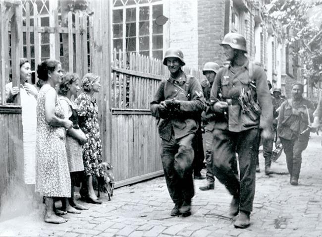 Немецкие солдаты идут по улице Краснодара. 1942 г.