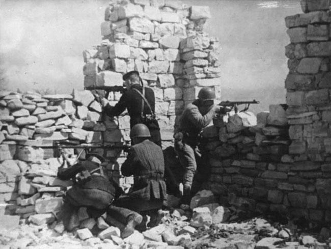 Бойцы 393-го батальона морской пехоты ведут бой у пос. Станичка. Р-н Новороссийска, 1943 г.