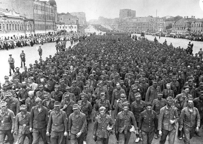 Колонны немецких военнопленных идут по Садовому кольцу в Москве, 17 июля 1944 г.