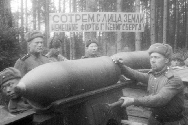 Бойцы батареи капитана В.Лескова подвозят артиллерийские снаряды на подступах к г. Кенигсбергу. Восточная Пруссия, 1945 г. Автор съемки: Минкевич В. Н.