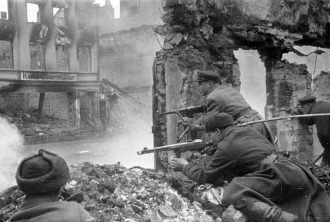 Уличный бой на окраине Кенигсберга. 1945 г. Автор съемки: Чернов Д.