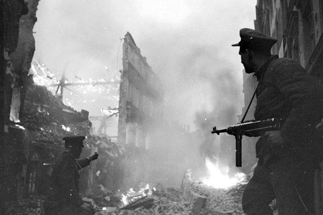 Советские солдаты ведут уличный бой в г. Глогау, Силезия, апрель 1945 г. Автор съемки: Мазелев Р.