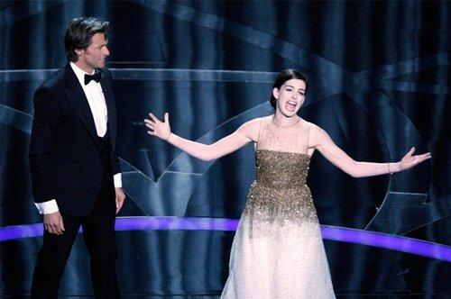 Оскар 2008 Ведущий церемонии Хью Джекман и актриса Энн Хэтэуэй исполнили забавный номер