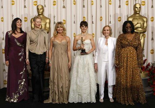 Оскар 2008 Пенелопа Крус в окружении лауреатов прошлых лет
