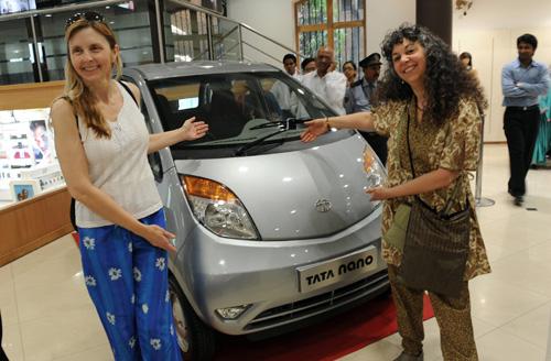 Самый дешевый автомобиль Пять лет назад индийский миллионер Ратан Тата поставил своим инженерам трудную задачу - разработать дешевую, безопасную и комфортную машину, на которую индийцы вместе с семьями смогут пересесть со своих мотоциклов.