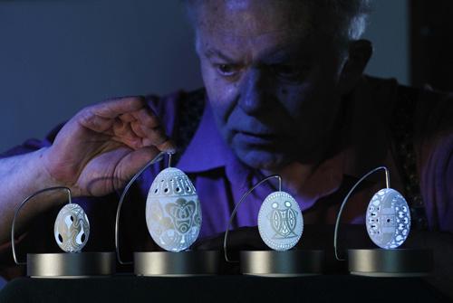 Пасхальные кружева Сам Гром говорит, что на столь необычное творчество его вдохновили знаменитые яйца Фаберже.