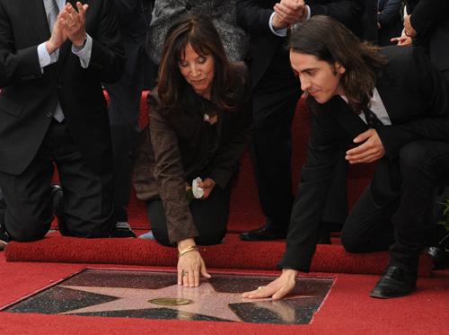 Джордж Харрисон получил звезду На церемонии открытия присутствовали Пол Маккартни, вдова и сын Харрисона Оливия и Дани, музыканты Том Петти и Джефф Линн, работавшие вместе с ним, а также актер Том Хэнкс.