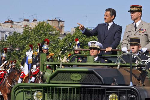 Парад в честь Дня взятия Бастилии Праздник традиционно начинается с военного парада на Елисейских полях в Париже. Он начинается в 10 часов утра с Этуаль и двигается в сторону Лувра, принимает его президент Франции.