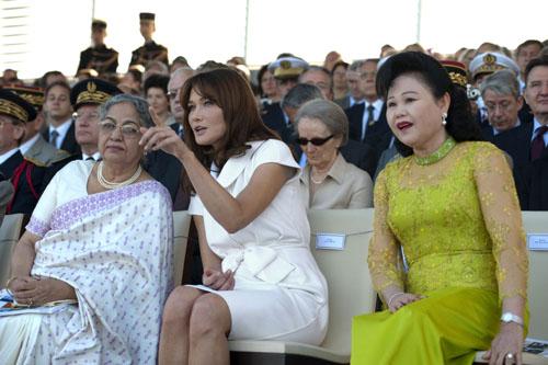 Парад в честь Дня взятия Бастилии Карла Бруни-Саркози с супругами премьер-министров Камбоджи (справа) и Индии (слева)