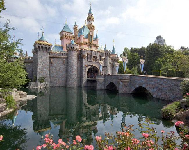 Диснейленд, его вчера и сегодня В Диснейленде можно прогуляться по замку Спящей Красавицы и любоваться 3-D изображениями героев классического мультфильма 1959 года. (Paul Hiffmeyer / Disneyland)