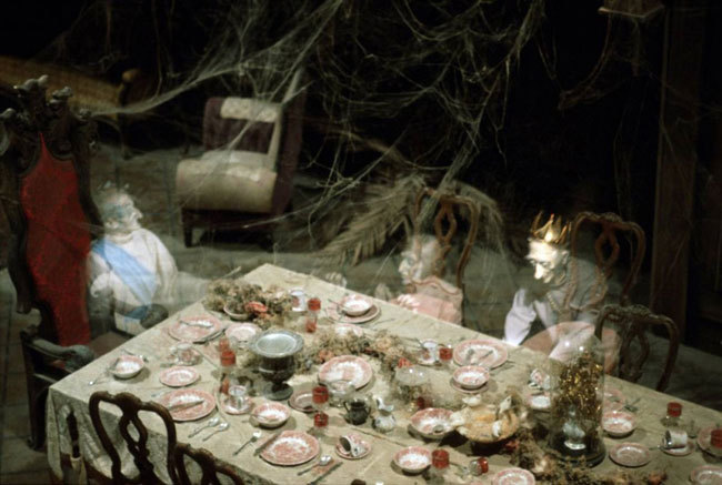 Диснейленд, его вчера и сегодня Призраки обедают в «Доме с привидениями» в Диснейленде. Дисней приглашает прокатиться с ветерком, но предупреждает, что спецэффекты могут напугать самых маленьких гостей