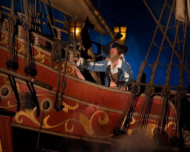 Диснейленд, его вчера и сегодня Беспощадный пират Барбосса отправляется по горячим следам чудака капитана Джека Воробья на аттракционе «Пираты Карибского Моря», который снова готов порадовать гостей. Три месяца он был закрыт на дорогостоящий ремонт, и теперь предстал в усовершенствованн
