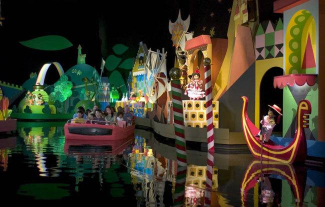 Диснейленд, его вчера и сегодня Малышам наверняка придется по душе аттракцион «It's a Small World» («Маленький мир»). Подпевая знаменитой песенке, вы можете прокатиться на лодочке и побывать в разных уголках планеты. В 2008 году аттракцион появился в гонконгском Диснейленде
