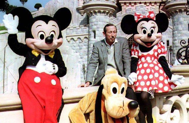 Диснейленд, его вчера и сегодня Рой Дисней, племянник Уолта Диснея, вместе с Микки, Минни и Плуто возле Замка Спящей Красавицы во время предварительного осмотра Евро Диснейленда, ныне известного как Парижский Диснейленд