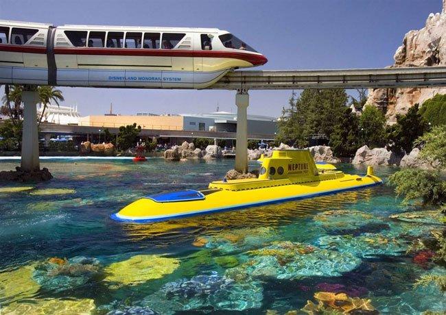 Диснейленд, его вчера и сегодня Первоначальные субмарины диснеевской Подводной Одиссеи, знаменитого аттракциона, много лет проработавшего в калифорнийском парке, сильно отличаются от современных, на которых посетители погружаются в пучину в поисках Немо.
