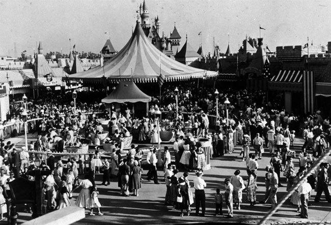 Диснейленд, его вчера и сегодня Толпа возле парка аттракционов «Диснейленд» в Анахайме, Калифорния, около 1955 года. (Archive Photos / Getty Images)