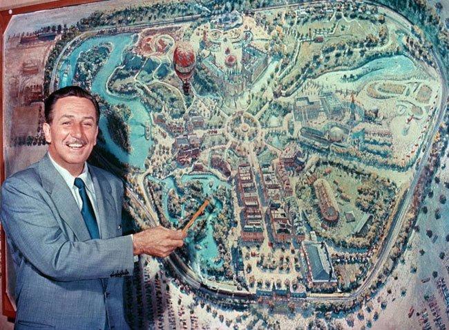 Диснейленд, его вчера и сегодня Возле первой разработки легендарного художника студии «Дисней» Питера Элленшоу Уолт Дисней рассказывает телезрителям о своей задумке Диснейленда на премьере телешоу «Диснейленд», 27 октября 1954 года