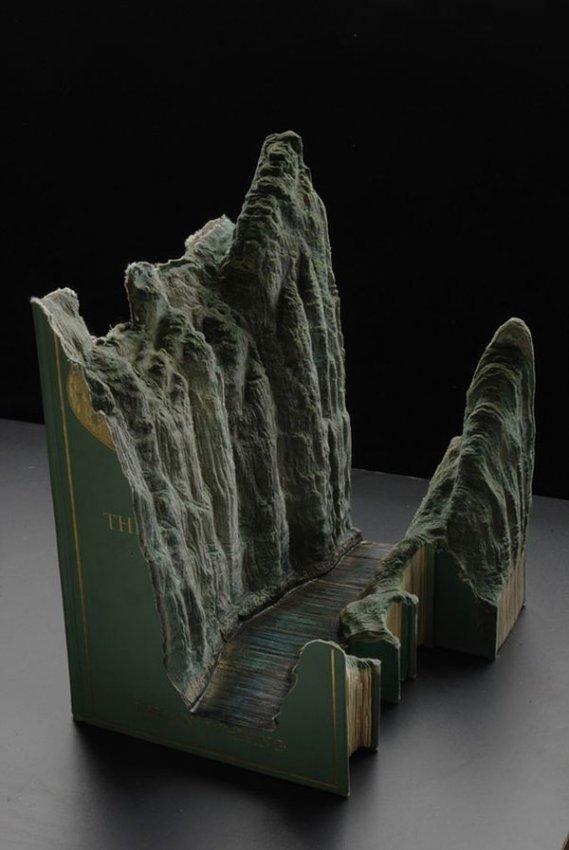 Удивительные вырезанные пейзажи из книг