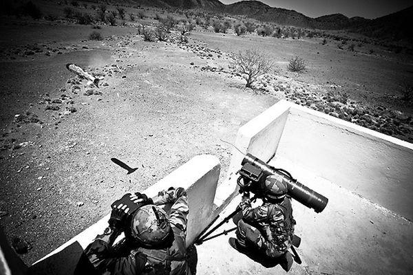 Французский Легион Легионеры должны уметь владеть любым видом оружия. На данном фото запечатлен момент вылета снаряда из гранатомета.