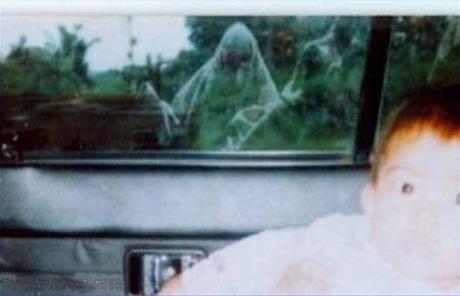 Коллекция призраков Мишеля Арволи Семейная пара сфотографировала своего ребенка напротив заброшенного парижского кладбища 17 века — и вот что получилось…