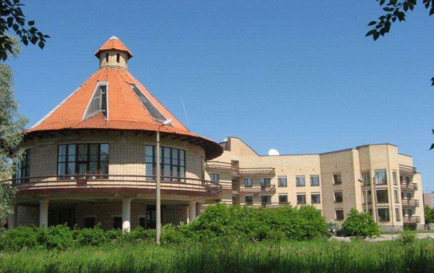 Олонец - древнейший город Карелии В начале 90-х трасса М18 пошла мимо Олонца, а в городе построили большую и современную гостиницу