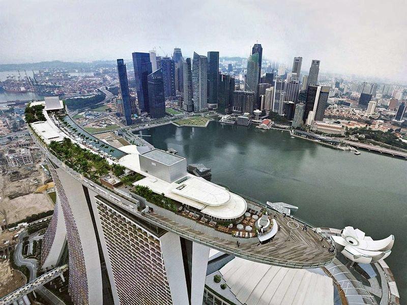 Отель Marina Bay Sands, бассейн под облаками Вид на крышу. Там есть несколько ресторанов и ночные клубы. На строительство каждого этажа отеля ушло всего 4 дня.