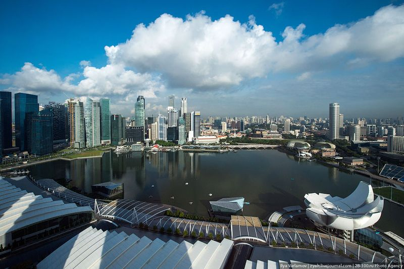 Отель Marina Bay Sands, бассейн под облаками Вид из окна.