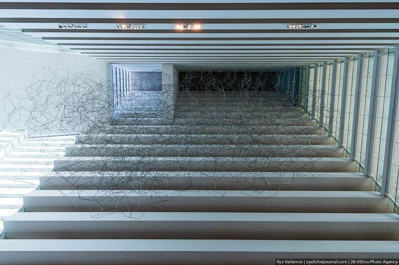Отель Marina Bay Sands, бассейн под облаками В одном из атриумов подвешена огромная стальная паутинообразная скульптура Antony Gormley, состоящая из 16100 сегментов. Инсталляция весом 14,8 тонн собиралась аж 60 рабочими.