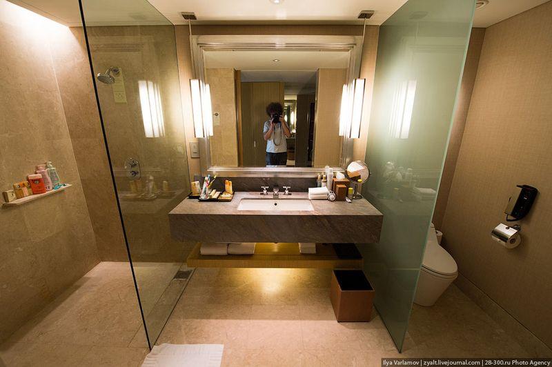 Отель Marina Bay Sands, бассейн под облаками Ванная. В дешевых номер только душ.