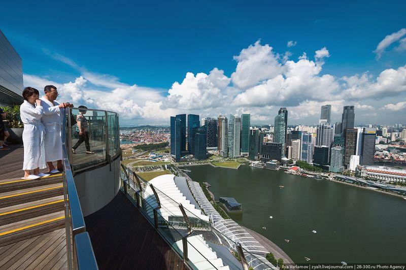 Отель Marina Bay Sands, бассейн под облаками Некоторые поднимаются из номера прямо в халате