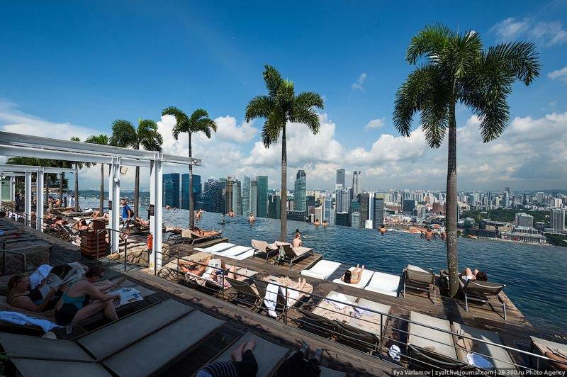 Отель Marina Bay Sands, бассейн под облаками Раньше он был открыт для всех желающих, но потом желающих стало очень много и теперь попасть сюда могут только постояльцы
