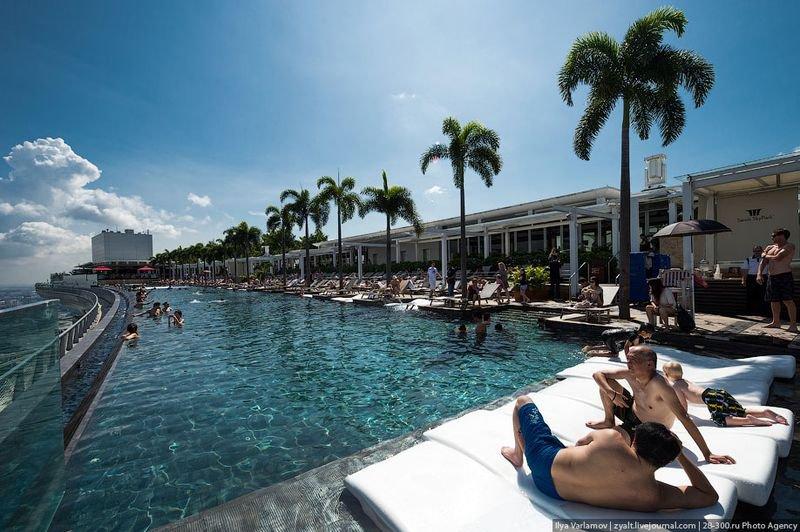Отель Marina Bay Sands, бассейн под облаками Бассейн чудный - большой, народу мало