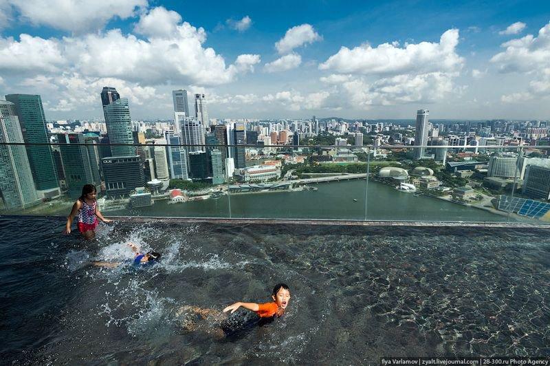 Отель Marina Bay Sands, бассейн под облаками Он закрыт стеклом