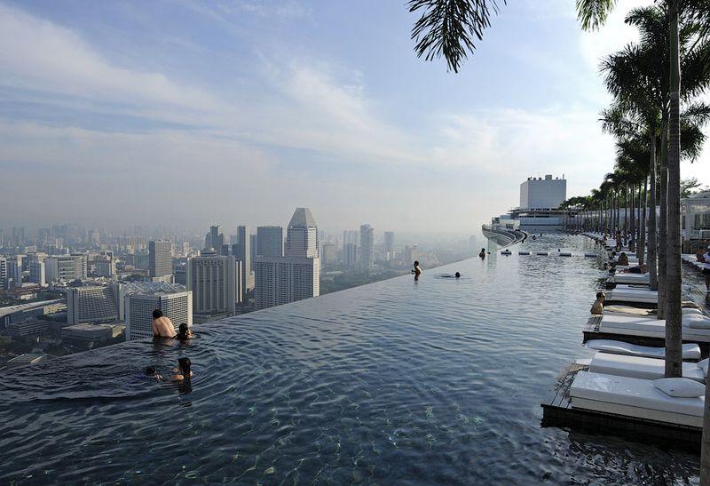 Отель Marina Bay Sands, бассейн под облаками Под основанием бассейна есть четыре деформационных шва, чтобы он мог выдержать естественное движение башен. Общий диапазон движения составляет 50 см.