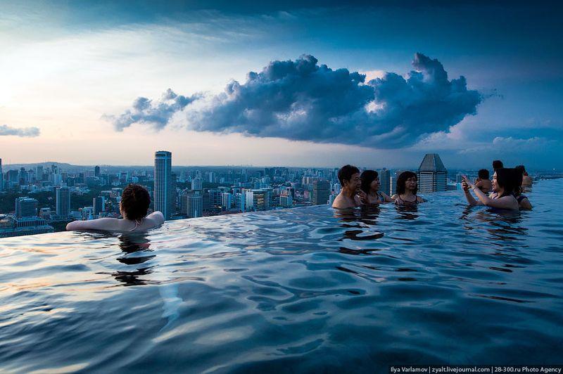 Отель Marina Bay Sands, бассейн под облаками Кажется, что за краем бассейна пропасть. На самом деле там ниже есть выступ технический, по которому бегает прислуга. Поэтому даже если вы свалитесь, то далеко не улетите.